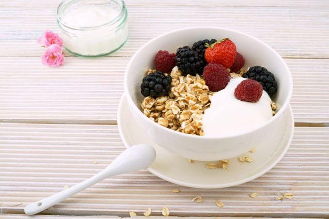 Berikutnya adalah olahan dari gandum yakn oat atau oatmeal. Yakni sereal yang kaya akan sumber nutrisi penting bagi otak. Bagi anak-anak, oat adalah sumber energi untuk mengawali pagi. Kandungan lainnya adalah seng, potasium, vitamin B dan vitamin E yang membuat fungsi otak dan tubuh lebih prima.