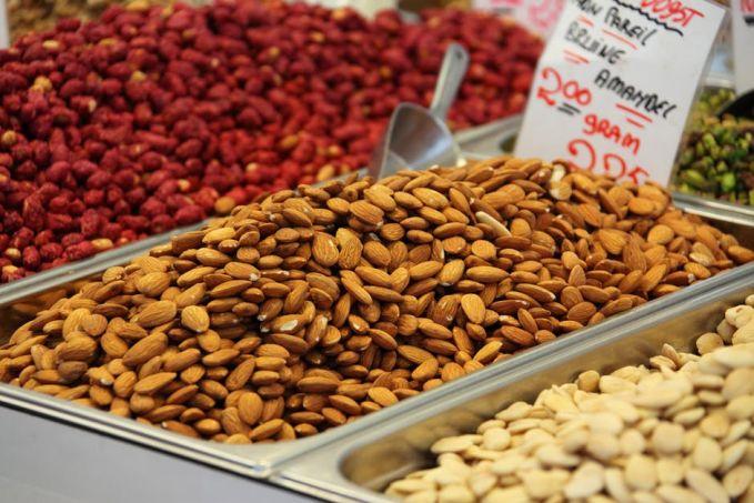 Kandungan yang terdapat pada kacang-kacangan kaya akan protein dan karbohidrat. Selain itu mengandung serat, mineral dan vitamin yang baik untuk perkembangan otak anak. Kacang yang mengandung asam lemak omega-3 paling banyak adalah kacang merah dan kacang pinto.