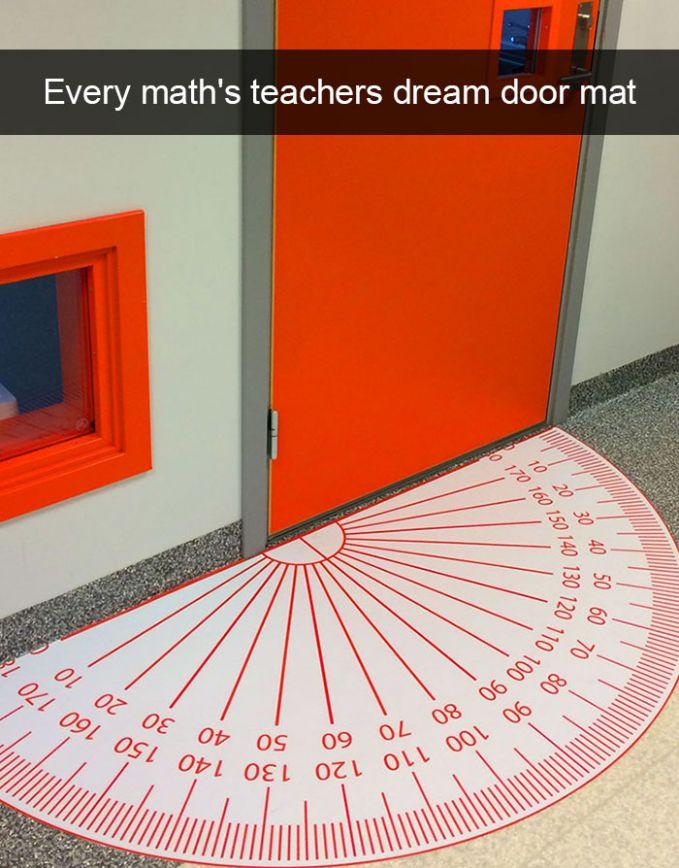 Keset kelas di sebuah sekolah ini dibikin unik Pulsker. Disesuaikan dengan jurusan atau mata pelajaran yang ada. Jika kelas matematika, keset yang dipasang adalah dengan desain busur.