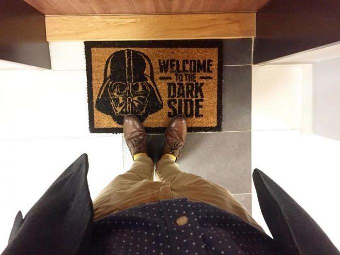 Yang punya rumah pasti penggemar berat Star Wars banget ya?. Sampai keset aja dibikin gambar Dart Vader.