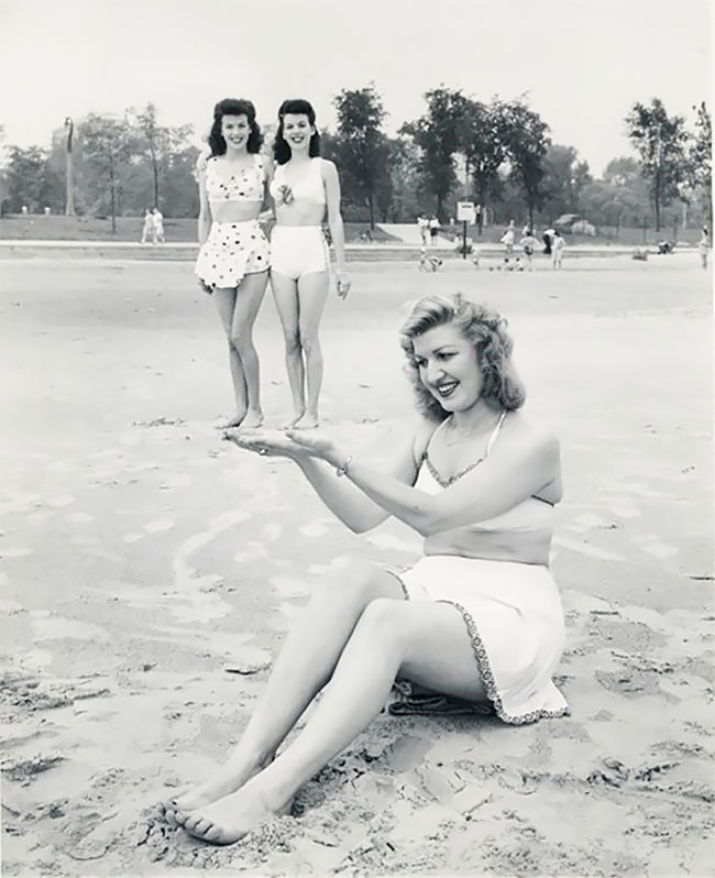 Ternyata, gaya foto-foto liburan di pantai anak kekinian seperti ini sudah ada sejak jaman dulu lho.
