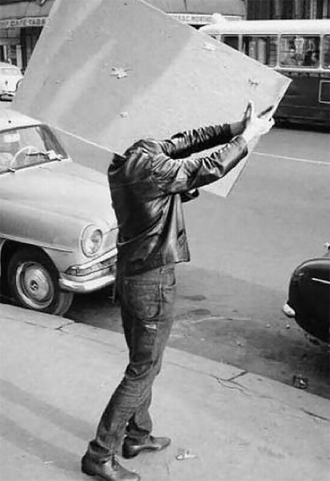 Hayoo, coba tebak kepalanya ada dimana ya Pulsker?. Banyak yang ngira dia hantu kali pas lewat di jalanan kalau gini caranya.