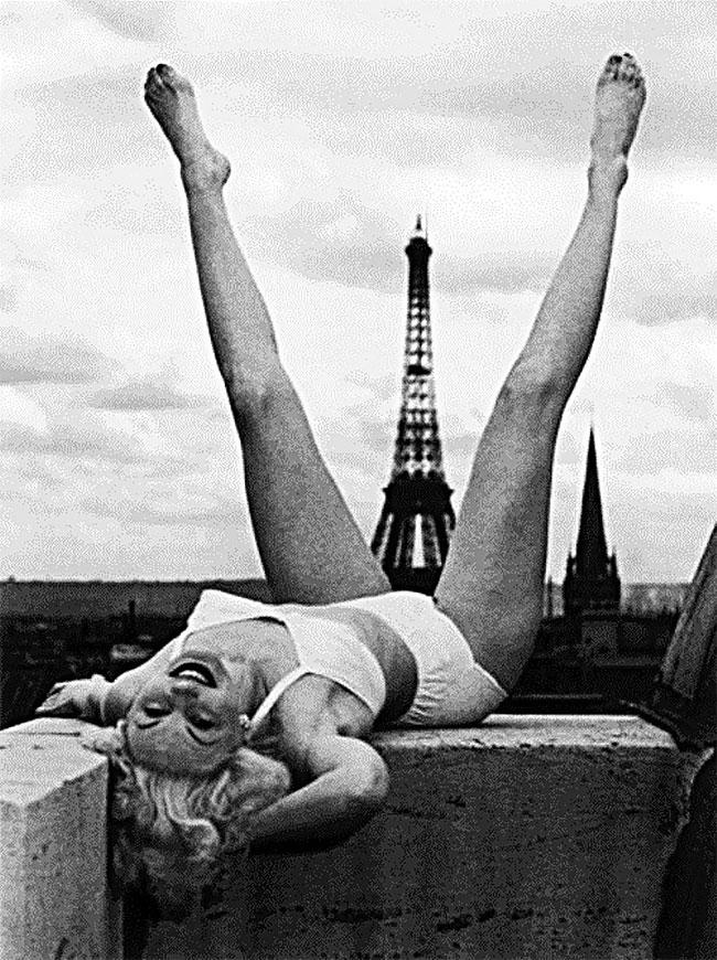 Jangan salah fokus dan mikir aneh-aneh ya Pulsker. Maksudnya nih cewek biar beda dari yang lain pas foto-foto di menara Eiffel.