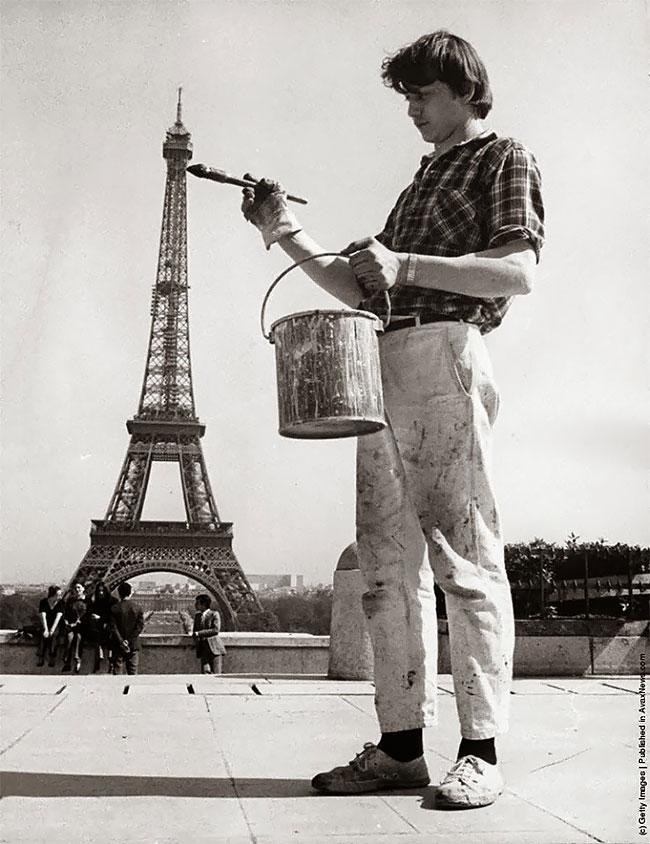 Nggak cuma cewek tersebut, pria ini pun nggak mau kalah pose menarik dan anti mainstream di menara Eiffel. Seolah dia sedang mengecat menaranya.