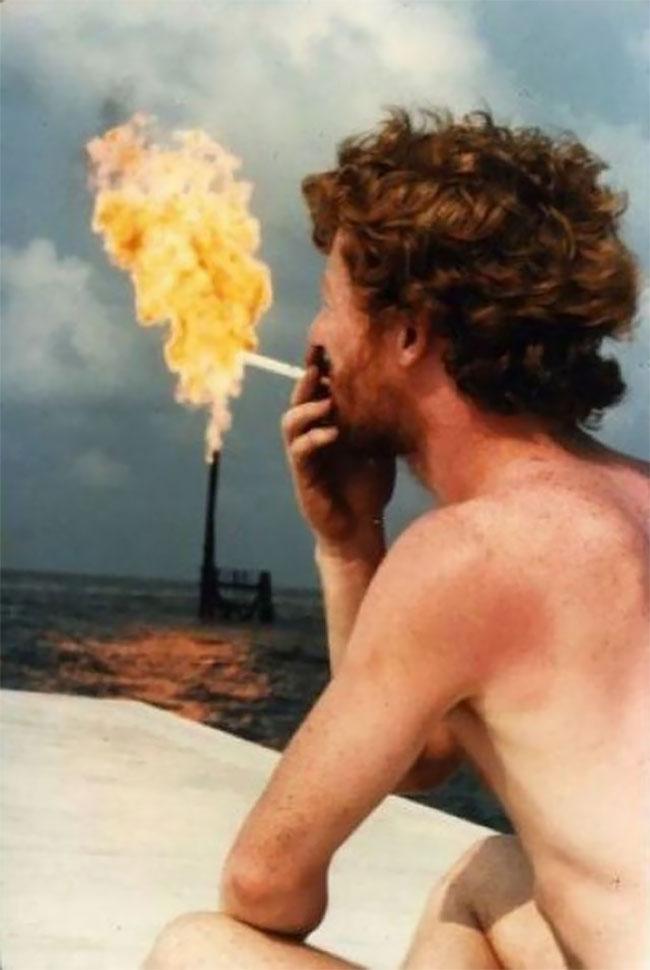 Widih, rokoknya sampai keluar apinya Pulsker. Bisa bahaya kalau sampai kena rambut atau alis.