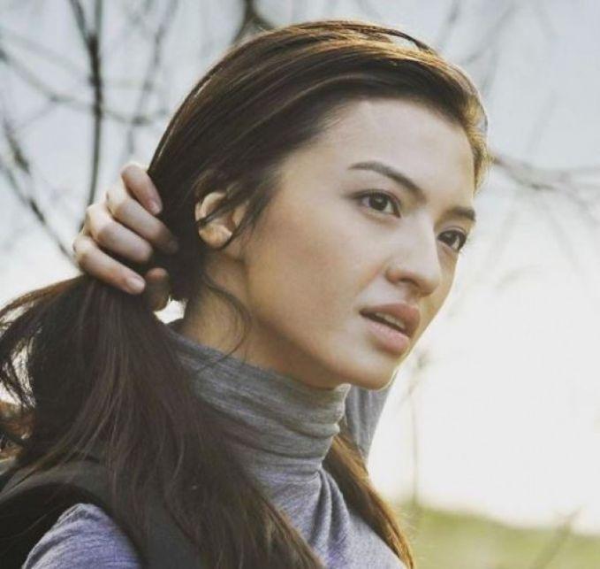 Ini adalah Raline saat memerankan tokoh Riani dalam film '5cm'. Makin cakep deh walaupun pakai make-up polos.