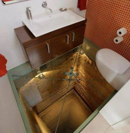 Ini mungkin adalah toilet yang bikin kamu takut buang air. Gimana tidak, ubinnya terbuat dari kaca transparan yang memperlihatkan lubang yang amat dalam. Berani berdiri disini?