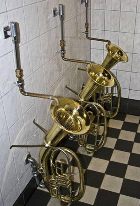 Aneh banget kan, toilet ini dibuat dari saksofon. Mungkin pemilik toilet ini pencinta musik kali ya?