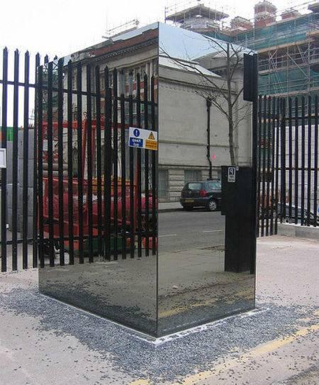 Toilet ini dipasang di depan Museum Inggris, London pada tahun 2003. Konsepnya adalah transparan dan bisa melihat orang yang berada di luar dari dalam.