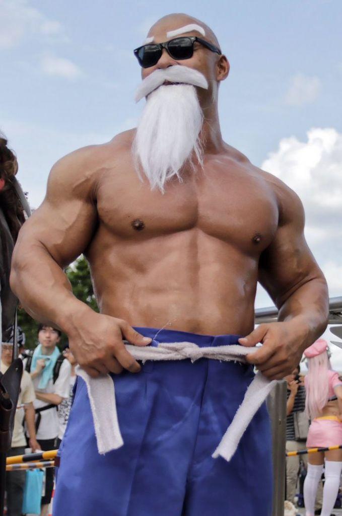 Cosplayer berbadan kekar berdandan ala Jin Kura-kura atau Kamensenin. Bukan Deddy Corbuzier lho dia Pulsker.