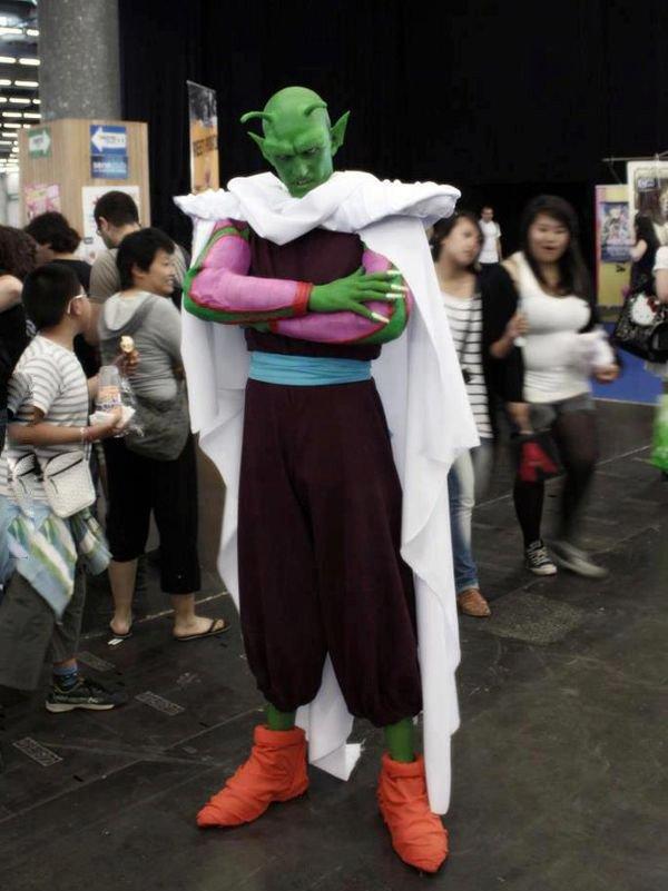 Hmm, sepertinya si Piccolo habis ke barbershop lupa tuh balikin kain putih buat cukurnya. Sampai kebawa ke acara cosplay.