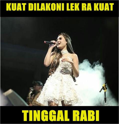 Lirik tersebut adalah penggalan dari lagu berjudul 'Bojo Galak'. Nggak kuat ya nyari lagi, gitu deh katanya. Emang deh, netizen paling top banget buat melesetin lagu sekaligus bikin meme-meme lucu di media sosial.