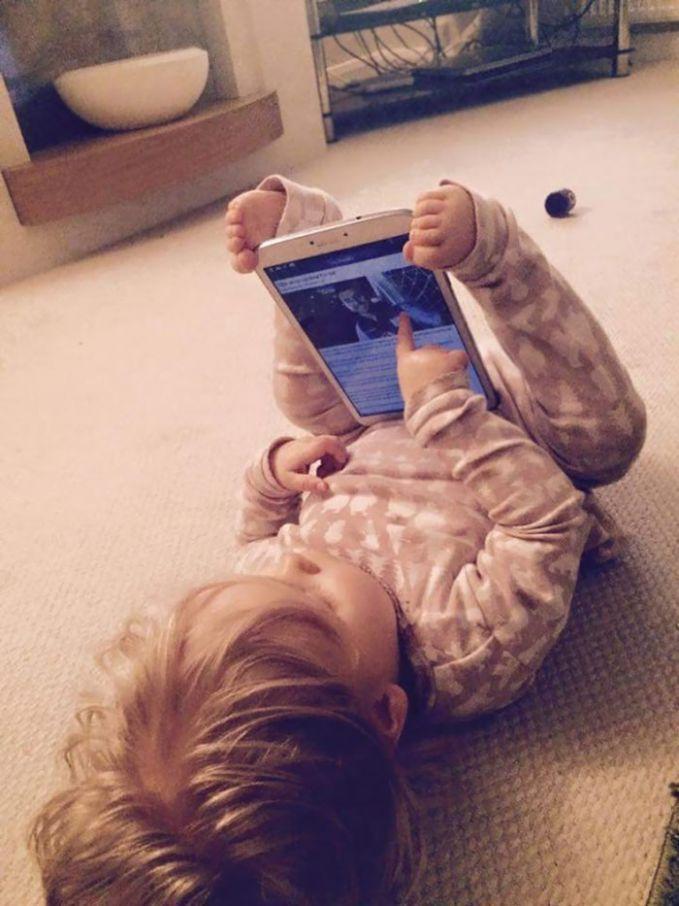 Anak jaman sekarang nggak bisa lepas dari gadget. Nggak ada tempat buat dudukan gadget, sang anak menggunakan kedua kakinya.