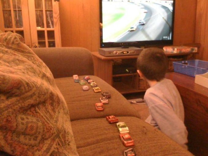 Nonton balap mobil di TV jadi makin berasa nyata sambil bermain mobil-mobilan di atas sofa. Urutan mobilnya pas banget ya kayak siaran di TV-nya.