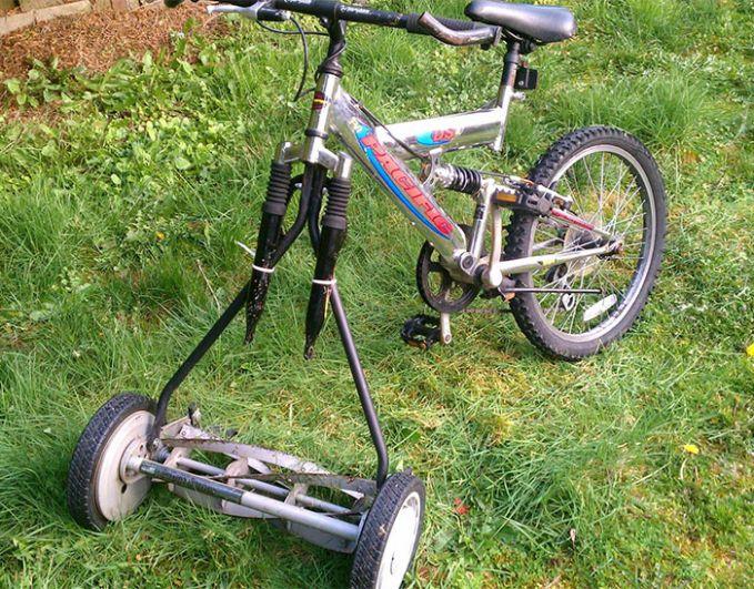 Ini nih anak cerdas namanya. Roda depan nggak ada dia cari alternatif lain dengan memasangkan ban yang lain. Asal bisa jalan dan dipakai lagi sepedanya.