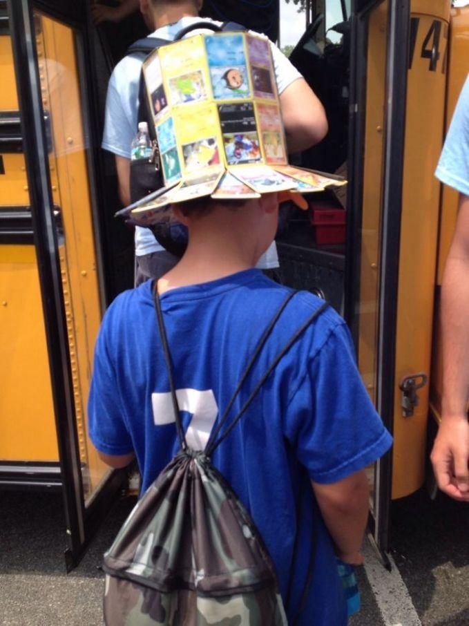 Kreativitas anak-anak emang nggak ada batas. Kartu Pokemon yang udah nggak dipakai lagi bisa dimanfaatkan jadi topi. Lumayan, biar nggak kepanasan.
