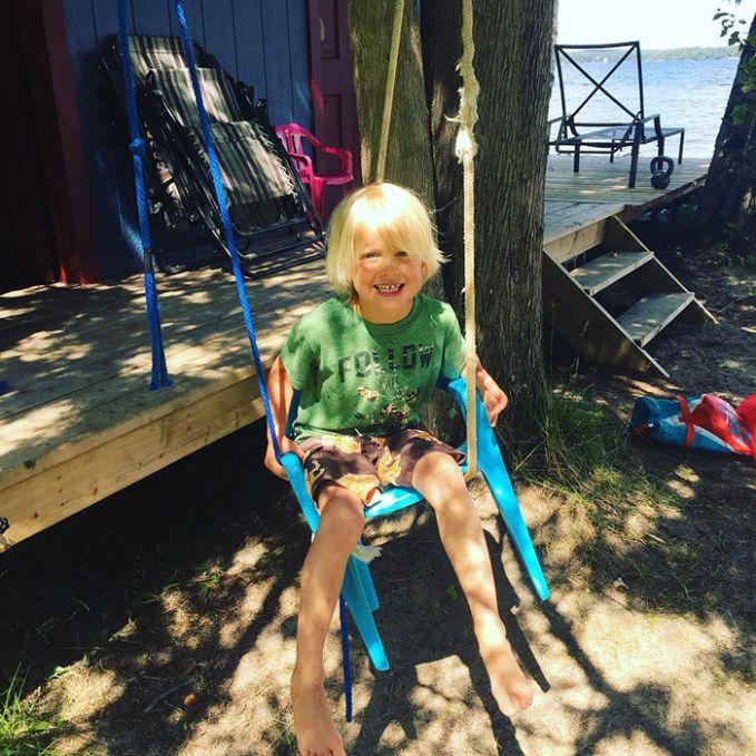 Penemuan jenius juga muncul dari anak berambut pirang ini. Dia mengaitkan kedua tali tambang ke pohon dan memasang kursi untuk dijadikan ayunan sederhana.
