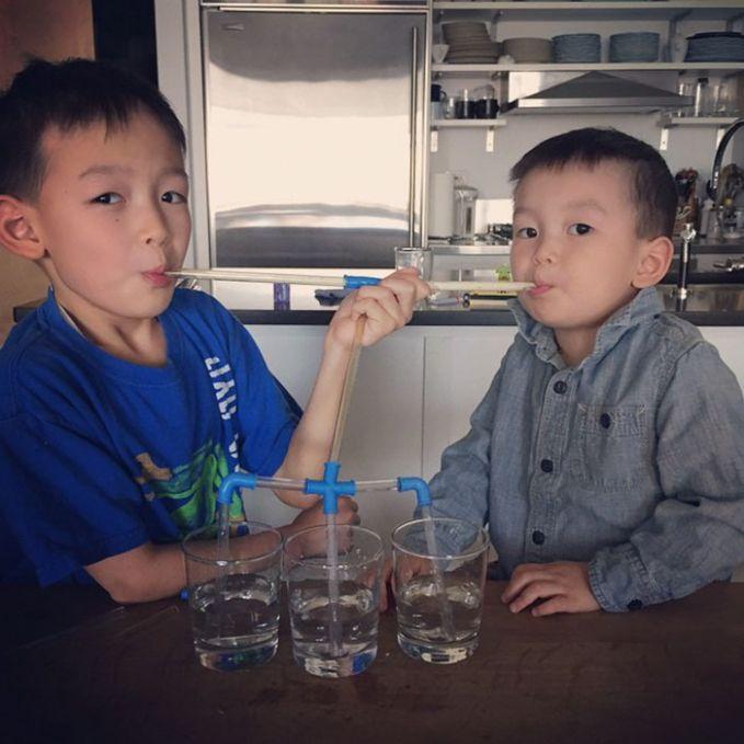 Cara praktis berbagi dan menghabiskan tiga gelas air secara bersamaan berhasil dia pecahkan Pulsker. Tanpa harus saling rebutan. Wah, benar-benar kreatif dan brilian banget ya ide anak-anak tersebut?. Para orang tua pasti takjub ngeliat aksi anaknya kayak gitu. Bahkan penemuan tersebut belum tentu terpikirkan oleh orang tua.