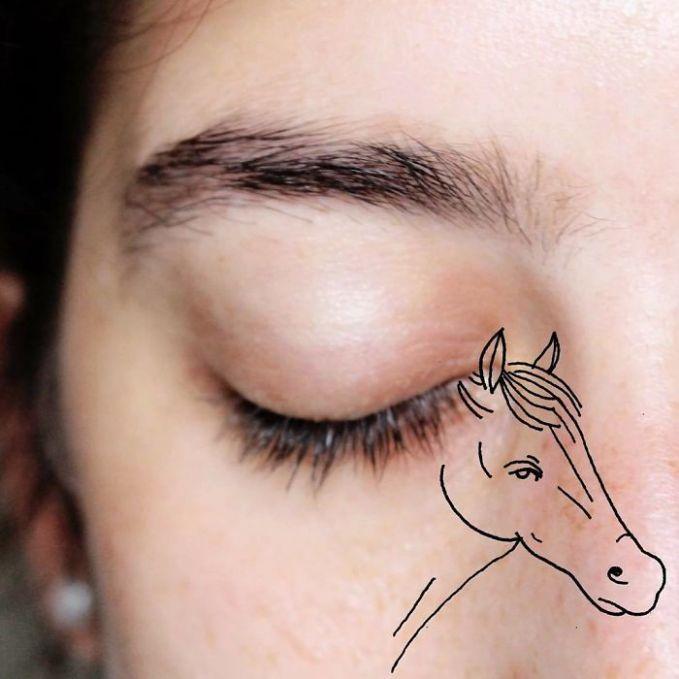 Selain landak, alis matanya dibikin layaknya seekor kuda dengan bulunya yang cantik.
