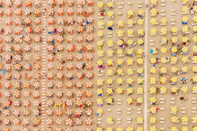 Ini cuma sekumpulan Payung di sebuah pantai di Italia.