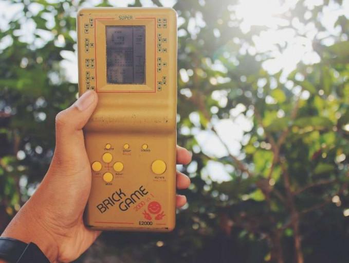 Sebelum ada gadget buat main game, Brick Game ini adalah gadget seru buat dibawa kemana aja. Sering juga disebut gimbot Pulsker.
