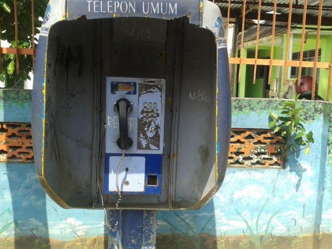 Kalau nggak di telepon koin umum, tempat buat untuk telponan dulu ya di wartel. Kita nggak bisa lama-lama nih makainya karena harus gantian sama orang lain.