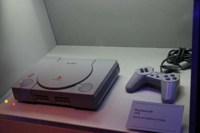 Diluncurkan pertengahan era 90-an, Playstation-1 banyak peminatnya. Bahkan mulai menjamur rental-rental yang menyewakannya. Siapa dulu yang suka bolos sekolah buat main di rental PS?.