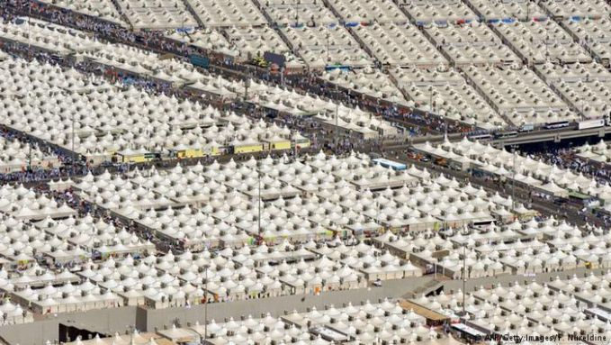 Saat musim haji tiba, padang di Mina menjadi sebuah kota tenda. Di area seluas 20 km persegi tersebut, hampir dua juta jemaah haji harus menginap untuk menjalankan ibadah wukuf. Rata-rata tenda luasnya 25x10 meter, dapat menampung hingga 250 orang dan dilengkapi pendingin ruangan. Tahun ini tenda yang dipersiapkan sebanyak 100.000 tenda.