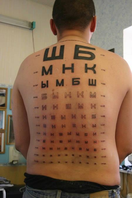 Pria ini juga baik hati banget. Rela punggungnya digambar untuk papan huruf bagi pemeriksaan mata. Nah, unik kan Pulsker?. Hal tersebut menggambarkan kalau selain memeiliki nilai artisitk tato juga punya kegunaan.