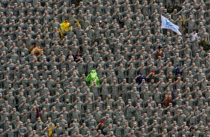 Kira-kita gini deh waktu lagu kebangsaan dikumandangkan saat pertandingan football dilaksanakan. Keren!
