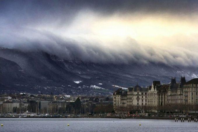 Itu bukan tsunami loh ya Pulsker, cuma sebuah ilusi mata yang dihasilkan gunung dan awan.