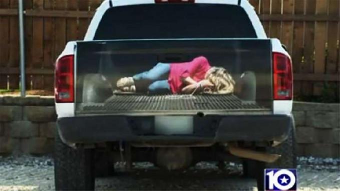 Cat di bagian belakang mobil ini pasti bikin kalian terkecoh, dibuat layaknya seorang wanita tertidur disana. Padahal isinya kosong.