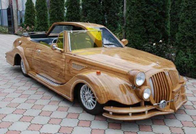Ada juga nih yang memodifikasi dan mengecat mobilnya dengan motif kayu. Biar kesan naturalnya di mobil ini berasa gitu.
