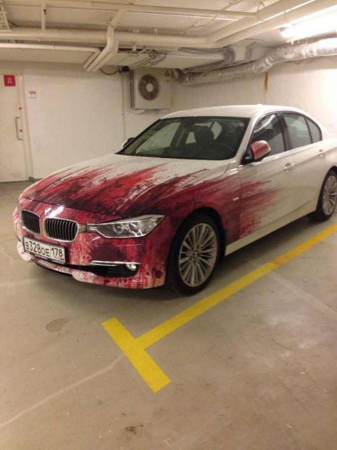 Pas bawa mobil ini dijalanan pasti dilirik banyak orang. Karena bagian depannya seolah mirip warna darah habis nabrak orang. Serem ya sekilas.