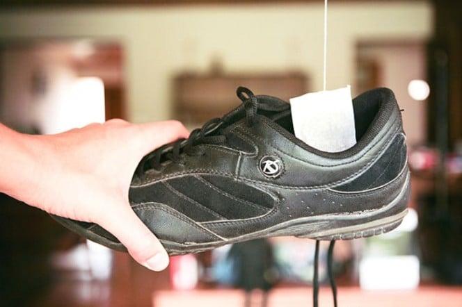 Buat anak kos atau kalian semua, ternyata cara menghilangkan bau pada sepatu bisa memanfaatkan kantung teh Pulsker. Caranya, biarkan kantung teh yang udah digunakan kering karena angin. Lalu masukkan ke dalam sepatu. Perlahan, bau di sepatu kalian akan hilang.