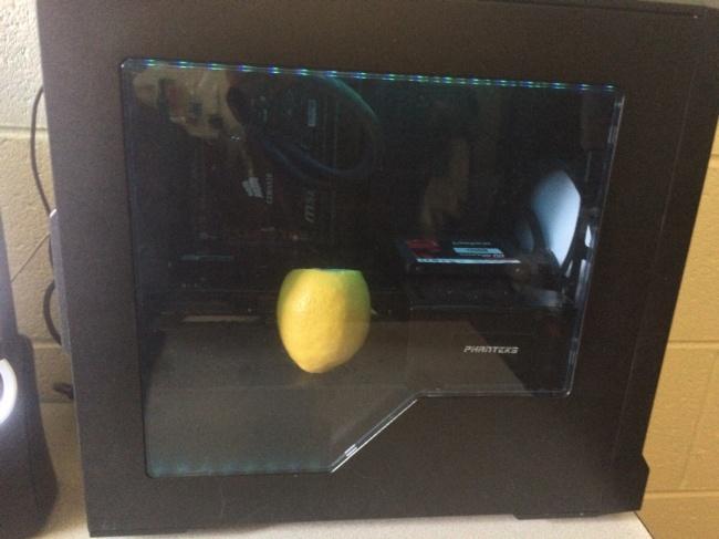 Lemon yang ditaruh di dalam CPU akan membuat udara disekitarnya menjadi segar dan berbau lemon, kaena kipas dari CPU yang menyebarkan. :V. #LifeHack