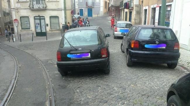 Kalo di tempat parkir ga dapet tempat, yaudah parkir tengah jalan. LOL. #LifeHack