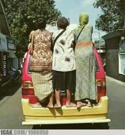 10 Foto Kocak Emak-Emak Bernyali di Jalanan