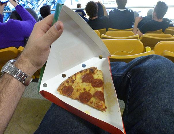 Harapannya sih isi pizzanya gede sesuai ukuran bungkusnya. Tapi apa setelah dibuka, isinya cuma setengahnya doang.