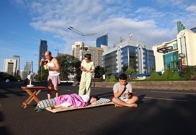 Positif aja, mungkin mereka habis digusur dari rumahnya lalu mengungsi di tinggal di jalan raya.
