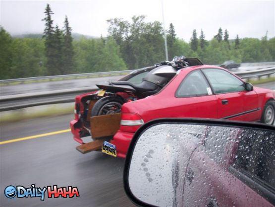 Rela memotong mobilnya biar bisa mengangkut motor.