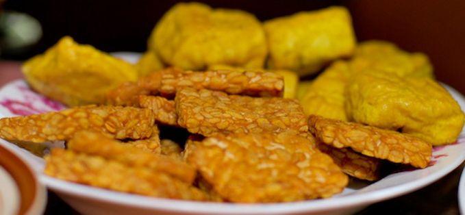 Selain nasi, di meja makan juga ada lauk pelengkap yaitu dimana ada tahu disitu pasti ada tempe.