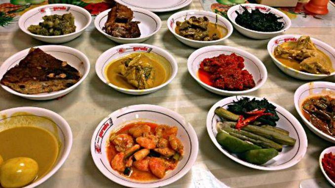 Sering merasa kalau makan nasi Padang saat dibungkus lebih banyak daripada makan di tempat.