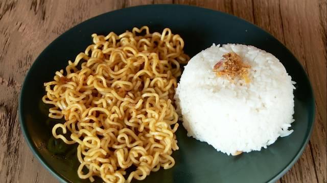 Doyan makan mie instan, dan nggak lupa sama nasinya. Walaupun keduanya sama-sama karbohidrat ya.