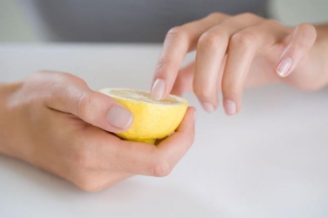 Manicures Untuk membuat kuku tetap cerah dan bersih, kamu bisa mencampurkan air lemon ke dalam air hangat.