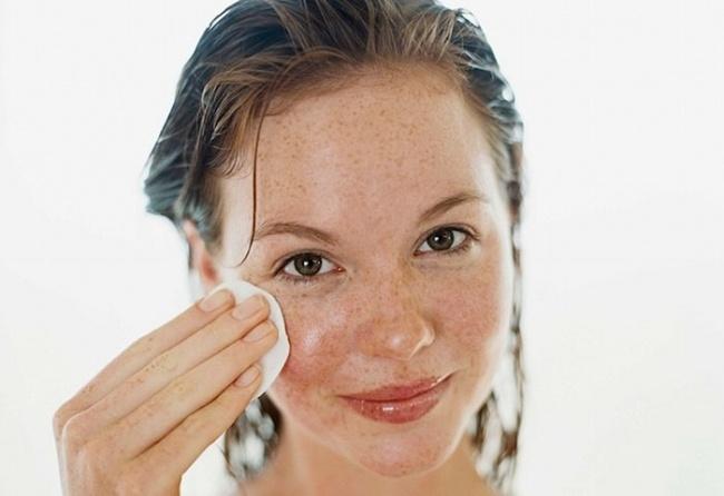 Menghilangkan bintik di kulit Lemon juga sangat bermanfaat untuk kulit wajah yaitu menyamarkan bintik hitam atau bintik penuaan yang tidak diinginkan. Caranya, cukup iris lemon dan gosok perlahan pada wajahmu.
