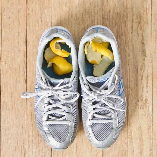 Menghilangkan bau tak sedap dalam sepatu Masukkan kulit jeruk segar dalam sepatu untuk menyerap bau tidak sedap.