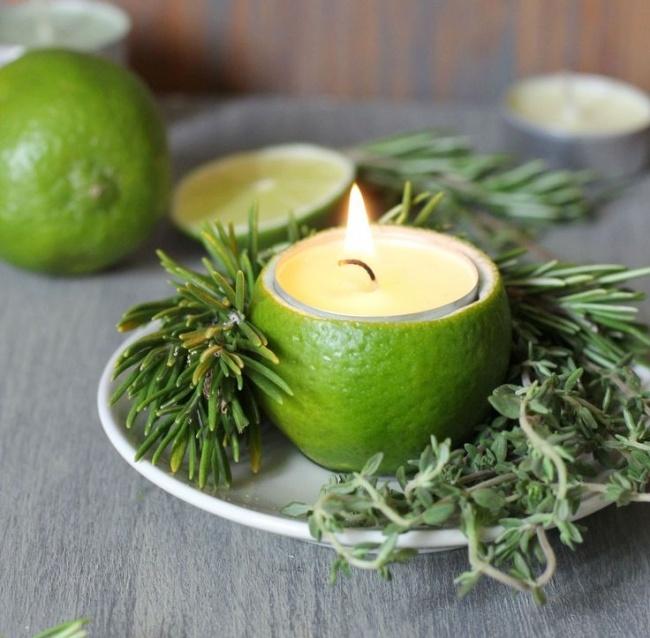 Untuk tempat lilin Potongan jeruk atau lemon adalah bahan bagus untuk membuat tempat lilin sendiri. Buat lilinmu seunik mungkin.