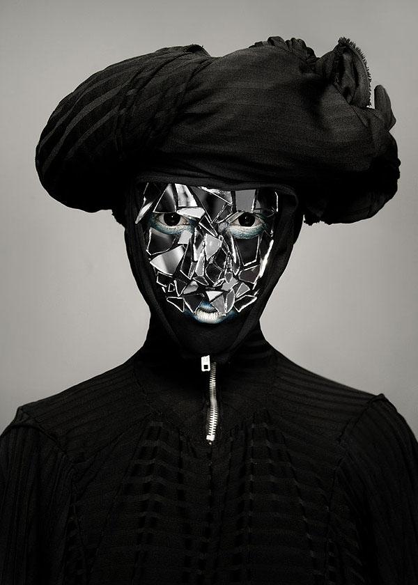 Yang ini asli keren banget deh. Dengan gaun berwarna hitam menutupi modelnya, wajahnya makin berseni dengan motif pecahan kaca.