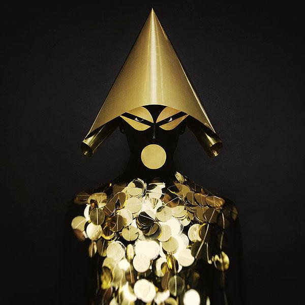 Atau warna hitam yang dipadukan dengan ornamen-ornamen berwarna emas begini. Hampir mukanya nggak keliatan ya?.